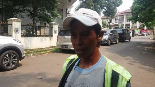 Sarbini, Juru Parkir Liar di Kawasan Perkantoran dan Perumahan GDC, Depok, Jawa Barat (foto: Wahyu/Okezone)