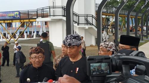 Presiden Jokowi kenakan pakaian adat khas Sunda, pangsi, saat resmikan Alun-Alun Cianjur. (Foto : Fakhrizal Fakhri/Okezone)