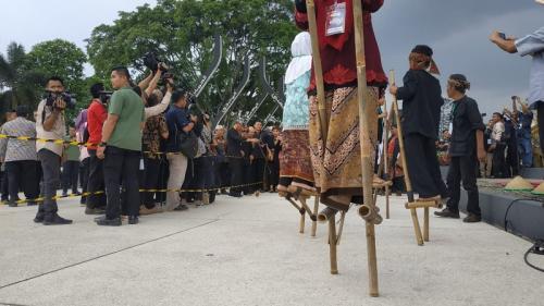 Presiden Jokowi main gasing saat meresmikan Alun-Alun Cianjur. (Foto : Fakhrizal Fakhri/Okezone)