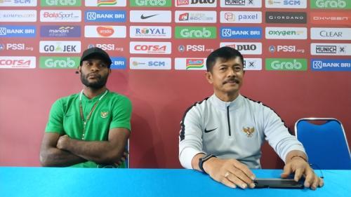 Pelatih Timnas Indonesia U-22 Indra Sjafri bersama Marinus Wanewar (Foto: Avirista Midaada/Okezone)