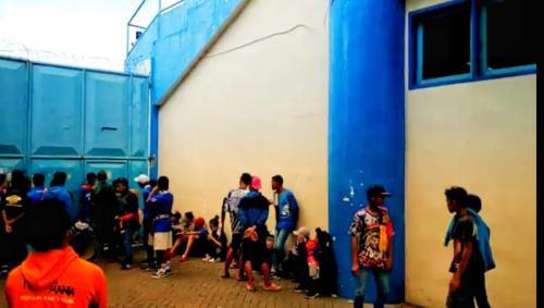 Suporter Arema menunggu di pintu masuk Stadion Kanjuruhan (Foto: Okezone/Avirista Midaada)