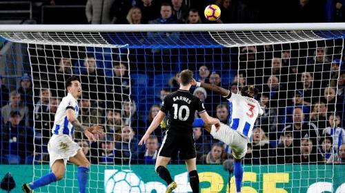 Sundulan Ashley Barnes menerpa mistar gawang (Foto: laman resmi Premier League)