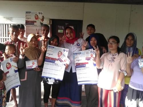 Caleg Perindo Eny Barlindah bersama warga