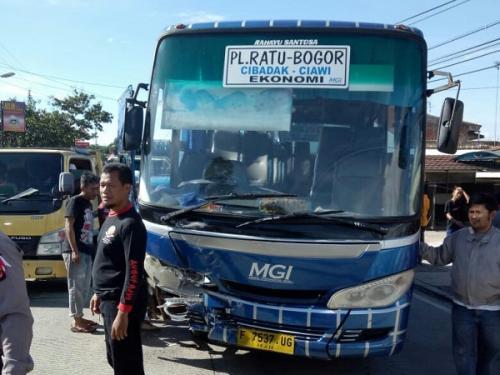 Kecelakaan bus tabrak mobil di Bogor. (Foto : Putra RA/Okezone)
