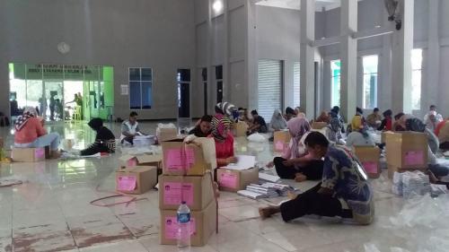 Proses sortir dan lipat kertas surat suara di Kabupaten Pangandaran. (Foto : Syamsul Maarif)