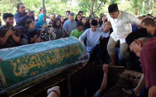 Pemakaman suasana putra Farhan