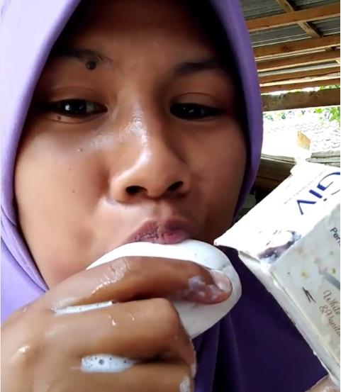 Viral Cewek Berhijab Makan Sabun Mandi Bahayakah Okezone Lifestyle