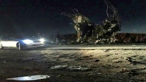 Kantor berita Iran Fars menerbitkan foto yang dikatakan sebagai foto puing-puing bus yang disasar pengebom bunuh diri. (AFP)