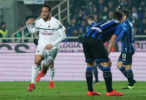 Hakan Calhanoglu membawa AC Milan berbalik unggul (Foto: laman resmi AC Milan)