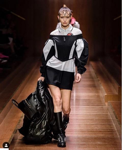 Gigi Hadid tampak berbeda dari semua catwalk lainnya yang pernah di jalani saat ia berjalan dalam koleksi catwalk