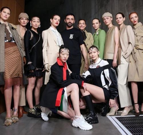 Ini menandai catwalk pertama Gigi Hadid untuk merek global, Burberry.