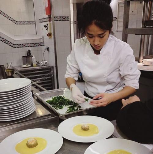 Perempuan memasak