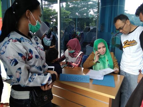 Keluarga pasien memenuhi bagian pusat informasi pascaterbakarnya RSUD Kota Tangerang. (Foto : Anggun Tifani)
