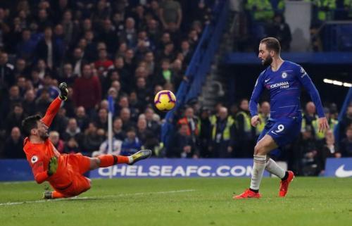 Higuain saat coba bobol gawang Tottenham