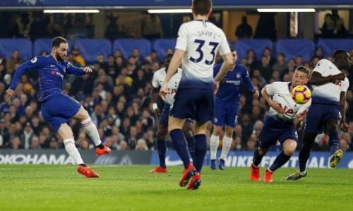 Gonzalo Higuain nyaris membawa Chelsea unggul cepat di menit keenam (Foto: laman resmi Premier League)