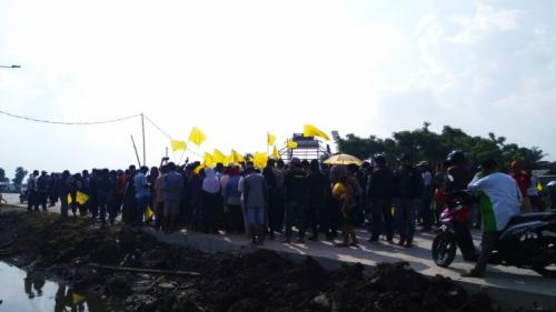 Kibarkan Bendera Kuning, Warga Kosambi Tangerang Blokade Jalan Perimeter Utara (foto: Anggun T/Okezone)