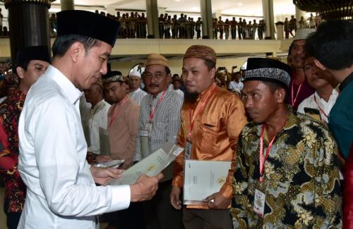 Jokowi bagikan sertifikat