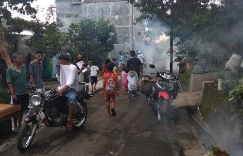 Perindo Semarang fogging lahan-lahan kosong di RW 2 Kelurahan Jangli, Kecamatan Tembalang, untuk antisipasi DBD. (Foto : Taufik Budi)