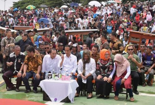 Jokowi di tengah ribuan Pedagang Bakso dan Mie Ayam (Foto: Wijayakusuma/Okezone)