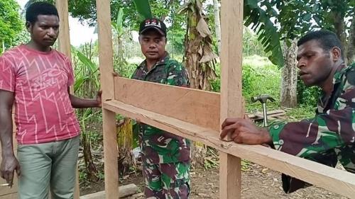 Ibu Sarlota Ndiken (51), warga perbatasan RI-Papua Nugini mendapatkan bantuan pembangunan rumah dari anggota Pos Komando Utama Satgas Pamtas Yonmek 521/DY. (Dispenad)