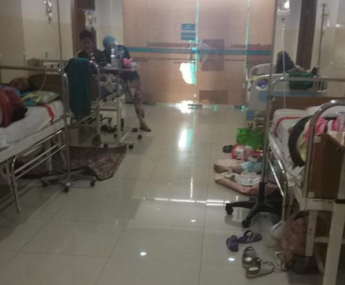 Pasien anak-anak penderita DBD dirawat di selasar RSU Tangsel. (Foto : Hambali/Okezone)