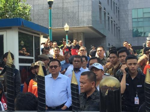 Wakil Ketua DPRD DKI M Taufik menyaksikan aksi dukung lepas saham bir. (Foto: Sarah Hutagaol/Okezone)