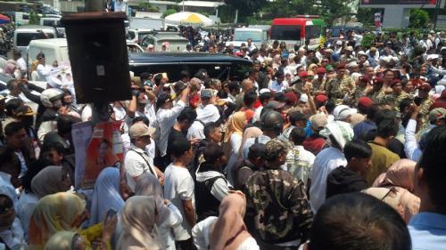 Prabowo Subianto disambut para pendukungnya saat kunjungi Kota Bandung, Jawa Barat, Jumat (8/3/2019). (Foto : CDB Yudistira/Okezone)