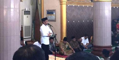 Jokowi serahkan sertifikat tanah wakaf di Lampung. (Foto: Fakhrizal Fakhri/Okezone)