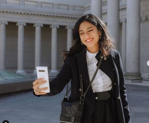 Dia sengaja selfie memakai kamera gawa canggih teranyar yang digandrungi kaum milenial.