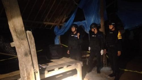 Tim Jibom Polda Sulsel periksa temuan mortir. (Herman Amiruddin/Okezone)