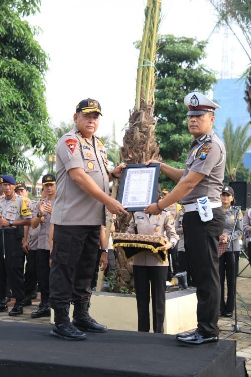 Kapolda Jawa Timur Irjen Luki Hermawan Beri Penghargaan ke Aiptu Sujadi karena Menolong Satu Keluarga yang Terjebak Banjir di Tol Ngawi-Kertosono, Jatim (foto: Syaiful Islam/Okezone)