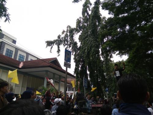 Sambil Kibarkan Bendera Kuning Warga Desa Rawarengas, Kosambi, Kabupaten Tangerang, Menggelar Aksi Unjuk Rasa di PN Tangerang (foto: Anggun Tifani/Okezone)
