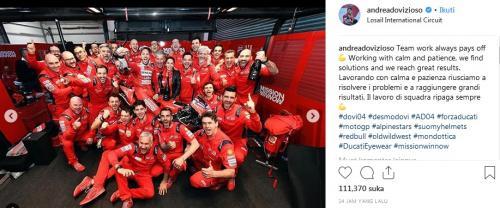 Andrea Dovizioso bersama para kru Ducati