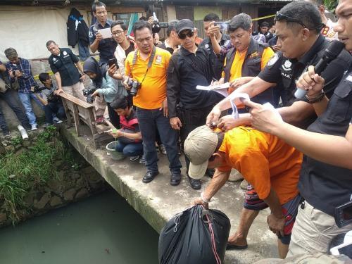 Rekonstruksi pembunuhan mayat dalam kantong plastik