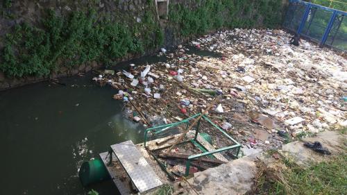 Sampah menumpuk di Situ Perigi Tangsel. (Foto : Hambali)