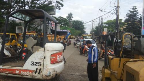 Perbaikan Jalan Ambles di Puspitek (Foto: Hambali)