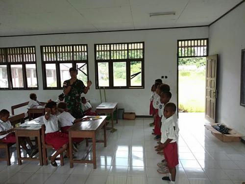 Satgas PR 328/DGH memberikan pelajaran lagu perjuangan dan Pancasila kepada siswa SD yang berada di wilayah perbatasan RI- PNG. (Dispenad)