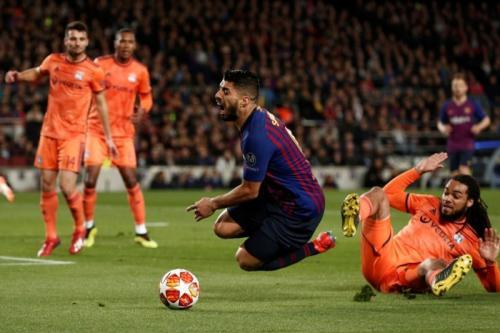 Jason Denayer dinilai melanggar Luis Suarez (Foto: Laman resmi UEFA)