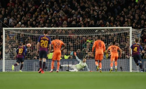Tendangan penalti Lionel Messi membuka keunggulan Barcelona (Foto: Laman resmi UEFA)