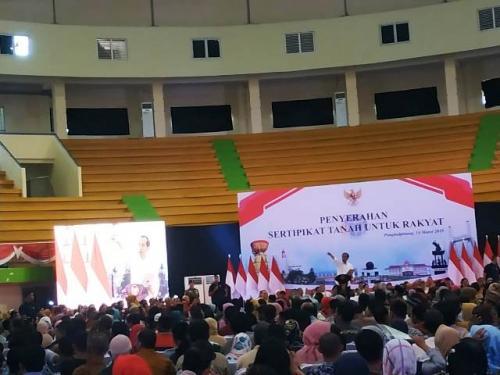 Jokowi bagikan sertifikat tanah untuk rakyat Bangka Belitung. (Foto: Fakhrizal Fakhri/Okezone)