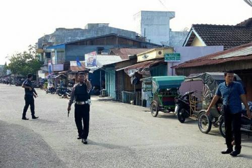 Polisi siaga di sekitar rumah terduga teroris di Sibolga, Sumut. (Foto : Sindonews)