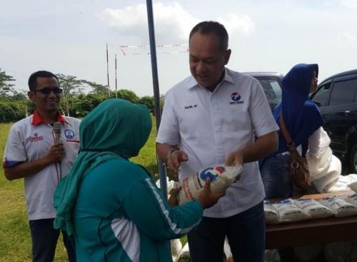 Caleg DPR RI Syafril Nasution Bazar Murah di Lapangan Tri Mulyo, Kendal, Jateng (Foto: Taufik Budi/iNews)