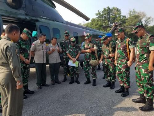 Panglima Divisi Kostrad Mayjen TNI Agus R melakukan peninjauan kebakaran hutan di Provinsi Riau (Foto: Banda Harudding Tanjung/Okezone)