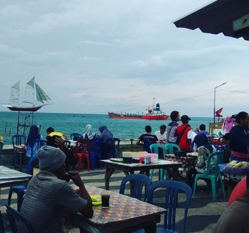 Wisatawan bersantai di Pelabuhan Ampenan Lombok