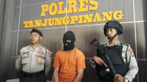 Tersangka Dugaan Percobaan Pembunuhan Jaksa Kejari Bintan, Rian Sibarani di Mapolres Tanjungpinang (foto: Muhamamd Bunga Ashab/Koran SINDO)