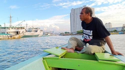 Uding, pengojek sampan di Sunda Kelapa (foto : Muhammad Rizky)
