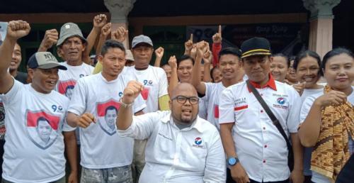 Caleg Perindo Ricky Kurnia Margono Ajarkan Warga Cirebon Mencoblos Surat Suara Pemilu 2019 (foto: Fathnur Rohman/Okezone)