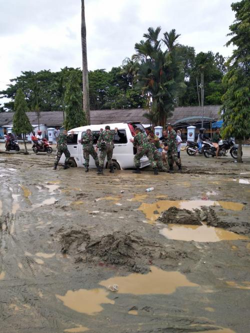 Tim Reaksi Cepat Satgas Bantu Evakuasi Korban Banjir Sentani (foto: Ist)