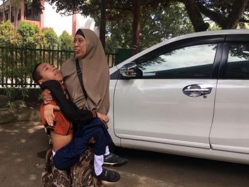 Fauzan Digendong Ibunya ke Sekolah