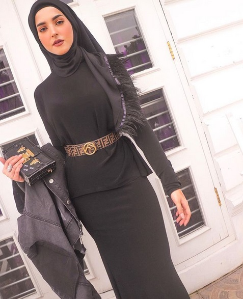 Selain itu, Tasnya juga menenteng tas dan jaket jeans berwarna hitam. Namun riasan yang dikenakan berwarna nude.
